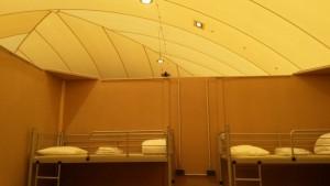 Schlafkojen in der Traglufthalle in Hall in Tirol, nach oben hin offen. (Bild: Plattform Bleiberecht)